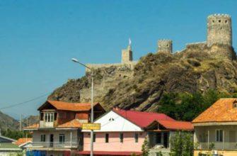 Территория, принадлежащая крепости, разделена на две зоны еще с давних времен.